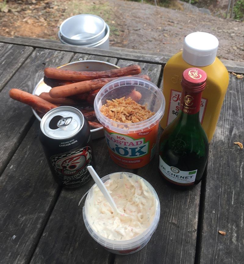 Bild på mat bland annat grillad korv vid Harge Uddar