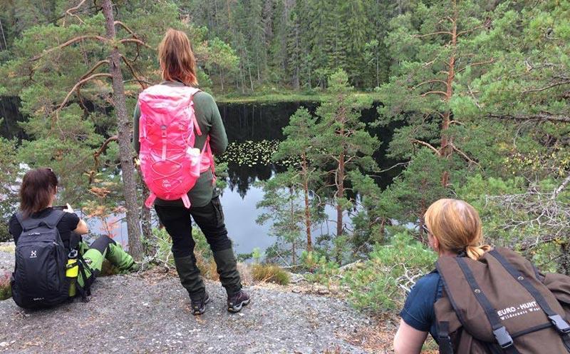 tre tjejer tittar på Utsikt över sjön längst längst Stenkällerundan