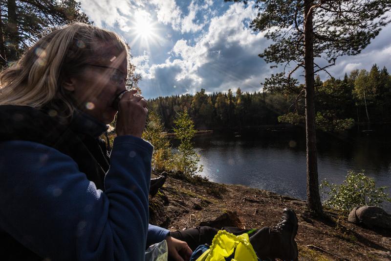 Bergslagsleden, Etapp9 2 kvinnor sitter på berget vid paus vid rastplats Göljan