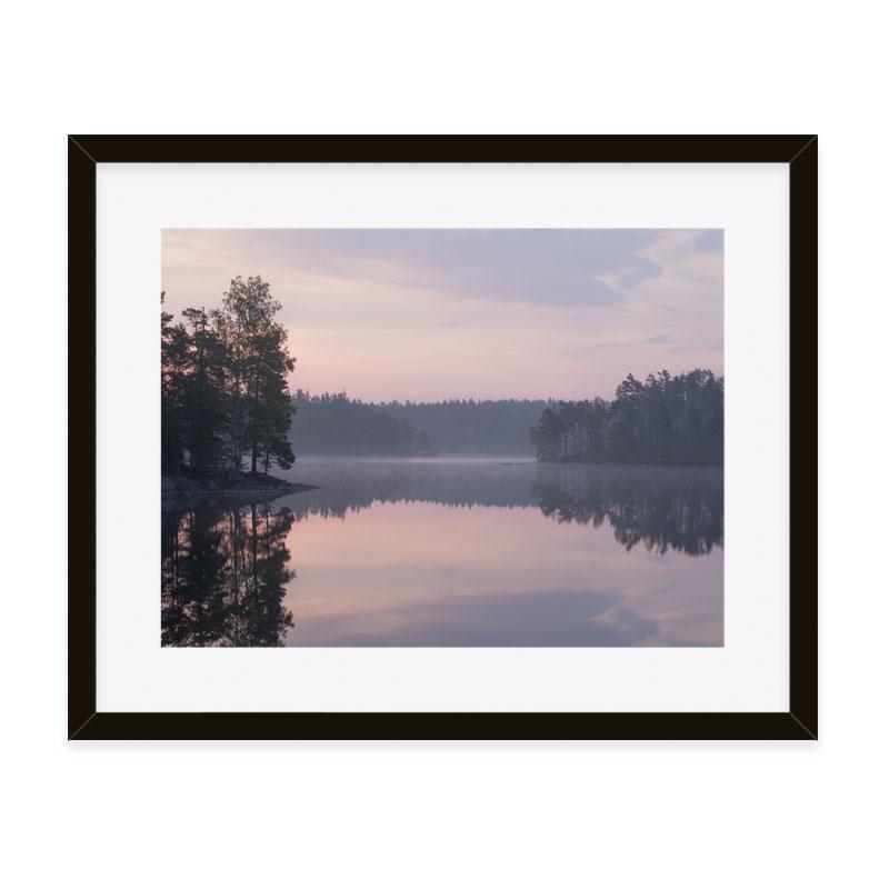 Straxt innan soluppgång med utsikt över sjö i Ånnaboda