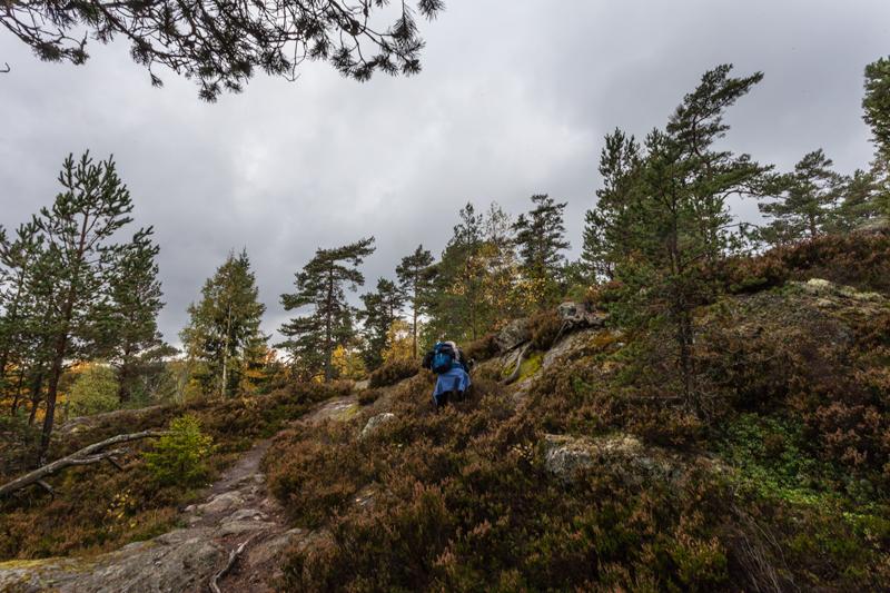 Bergslagsleden etapp 9, kvinna på väg upp på Lövnäsberget