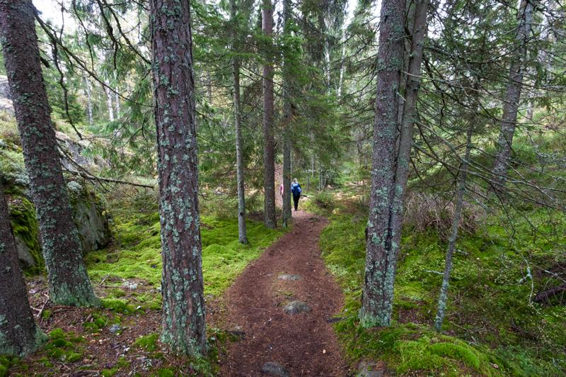 Bergslagsleden etapp 9, två kvinnor på väg ner från Lövnäsberget