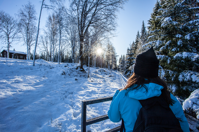 Kvinna tittar mot solen i Gårdsjötorp