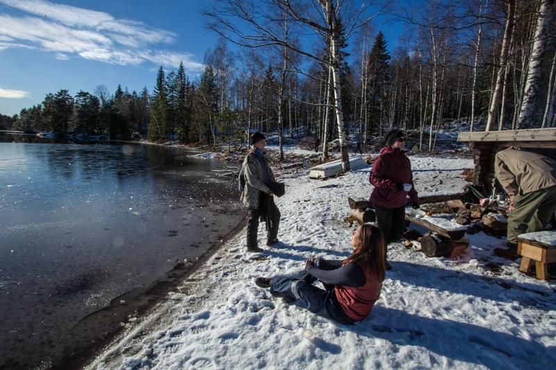 3 kvinnor har Fikapaus vid Stora Gårdssjön