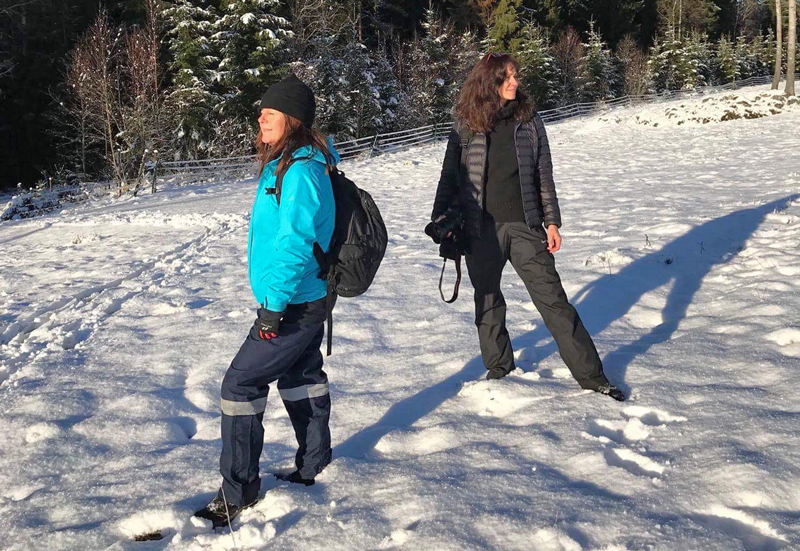 2 kvinnor står i solen i snön i Gårdsjötorp